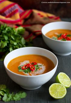 Thaivaallinen kookoksinen tomaatti-linssikeitto