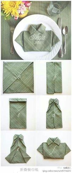 Dobrando guardanapo em forma de camisa.
