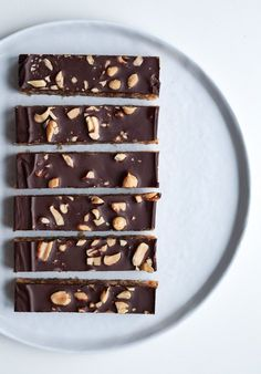 Elsker du snickers? Så vil du helt sikkert kunne lide denne sundere variant - med dadler og kokosolie! Sunde snickers bidder overtrukket med mørk chokolade.