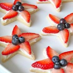 Celebrate America with these 4th of July party foods. There are grilling recipes, BBQ side dishes, festive 4th of July appetizers, 4th of July desserts and red, white and blue drinks included. These patriotic 4th of July party foods are perfect for a crowd. Patriotic Desserts, 4th Of July Desserts, Desserts For A Crowd, Food For A Crowd, Holiday Desserts, Holiday Recipes, Holiday Meals, Summer Recipes, Dinner Recipes