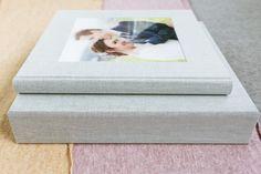 Hochzeitsalbum mit Acryl-Bildfenster - Erinnerungen fürs Herz Digital Foto, Album Cover, Polaroid Film, Pictures, Gray Fabric, Photo Books, Memories, Heart