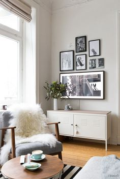 Fernseher verstecken in Gallery Wall. Hide TV in Gallery Wall. Small Living, Home And Living, Ikea Ps Cabinet, Hidden Tv, Framed Tv, Piece A Vivre, Living Room Tv, Living Room Inspiration, Frames On Wall