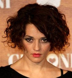 20 Photos of Short and Curly Hair Done Right: Carmen Consoli