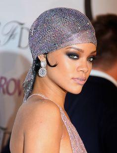 El vestido era transparente, pero me encantó su paño en cabeza y su maquillaje. Rihanna at the CFDA Awards