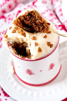 No-Bake Gingerbread Mug Cake Recipe - SoFabFood No-Bake Gingerbread Mug Cake is the perfect dessert when you're craving festive flavors. Simple and perfectly flavored with traditional gingerbread spices. Mug Recipes, Cake Recipes, Dessert Recipes, Cup Desserts, Quick Dessert, Individual Desserts, Steak Recipes, Yummy Recipes, Mug Cake Microwave