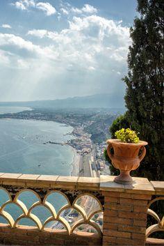 Italië is super mooi, dat weet toch bijna iedereen? Jij kunt er nu genieten van een van de mooiste plekjes van Italië namelijk Sicilië! De heerlijke kust, sfeervolle straatjes en de lekkere Italiaanse gerechten maken jouw vakantie helemaal top! Tel daar nog eens lekker weer bij op en het kan helemaal niet meer stuk! Pak gauw je koffer en op naar de zon! https://ticketspy.nl/?p=125596