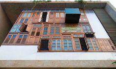Façade originale de cette maison de charme, composée d'anciennes fenêtres et portes