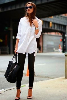 Look com legging + salto e camisa branca.