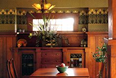 Arts & Crafts dining room with wood paneling/wainscoting and built-in with leaded glass doors Bungalow Interiors, Arts And Crafts Furniture, Craftsman Interior, Craftsman Dining Room, Leaded Glass Door, Interior Wallpaper, Arts And Crafts Interiors, Craftsman House, Home Decor Furniture