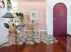 Ideias e detalhes que fazem a diferença, como a mistura de pisos quando não há divisão entre dois ambientes supermarcantes da casa – cozinha e sala.