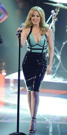 Kylie Minogue in a green and black latex dress on stage Pvc Fashion, Latex Fashion, Latex Skirt, Latex Dress, Lovely Dresses, Beautiful Outfits, Kylie Minogue Hair, Kylie Minouge, Rubber Dress