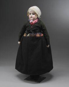 Miniatuurpop gekleed zoals een meisje ouder dan 16 jaar in de 'oude dracht' van Nunspeet uit het einde van de 19de eeuw. #Veluwe #Gelderland #oudedracht #Nunspeet