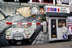 A lo largo de sus 1316 metros de esto trozo de Muro que se salvo del derribo, se encuentran pintadas 103 obras de artistas de todo el mundo.  Esta ubicada en paralelo al rioSpree, muy cerca del centro de Berlín.  Disfruta de un paseo por la East Side Gallery