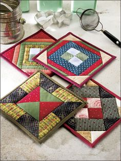 Quilting - Kitchen Patterns - Pot Holder Patterns Center units are framed with triangles or strips in this colorful set of four pieced pot holders. This e-pattern was originally published in 101 Fun-to-Quilt Pot Holders. Size: x Skill Level: Easy Quilting For Beginners, Quilting Tips, Quilting Projects, Quilting Designs, Sewing Projects, Small Quilt Projects, Mini Quilts, Small Quilts, Lap Quilts