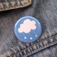 Sur une veste ou sac à main, ce badge au nuage étoilé donne de la couleur à votre journée ! Dans les p'tites boutiques Marie Calire Idées .com