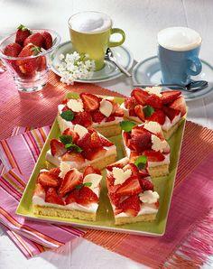 Erdbeer-Marzipankuchen Blechkuchen mit einer Erdbeer-Sahne-Creme für die sommerliche Kaffeetafel