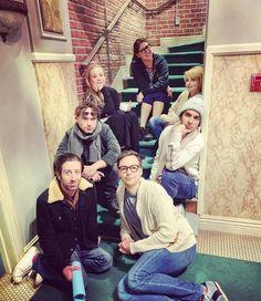 The big bang theory stars pose on a staircase, giving a warm feeling. Big Bang Theory Series, The Big Theory, Big Bang Theory Funny, Bts, Chuck Lorre, Johnny Galecki, Gu Family Books, Mayim Bialik, Movies And Series