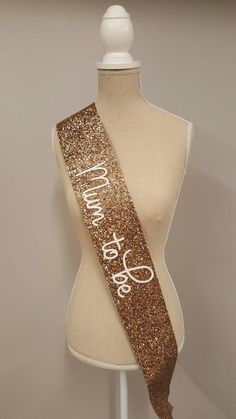 Baby Shower Sash - Mum to be Party Sash - Bachelorette - Bride to be - gold glitter handmade white Baby Shower Mum, Teddy Bear Baby Shower, Shower Bebe, Gold Baby Showers, Gender Neutral Baby Shower, Baby Shower Themes, Baby Boy Shower, Baby Shower Decorations, Baby Shower Gifts