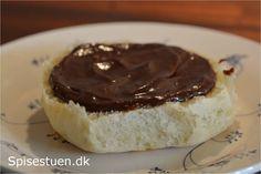 Perfekt til lækre fødselsdagsboller, på et stykke rugbrød eller brug det i en lagkage. Chokoladesmør er så lækkert! :-) Man kunne lege med at komme noget smag i. Et drys lakrids eller revet skal af…