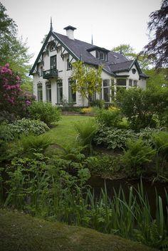 Zuidhorn, Groningen.  Villa 'Geertruida' aan De Gast 11 in Zuidhorn. Gebouwd in 1908 in opdracht van de Zuidhorner burgemeester Dirk Marten Kruisinga. Opgetrokken in eclectische stijl met Chaletstijlelementen. De aangebouwde serre (rechts) dateert van 1910. In 1978 werd de villa verbouwd. Het pand is deels omgracht.