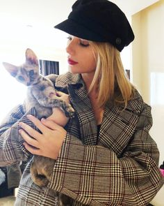 taylor swift [personal picture, cat, ts, tswift, winter] Taylor Swift Fotos, Taylor Swift Cat, Long Live Taylor Swift, Swift 3, Taylor Swift Pictures, Taylor Alison Swift, Taylor Swift Clothes, Taylor Swift Twitter, Young Taylor Swift