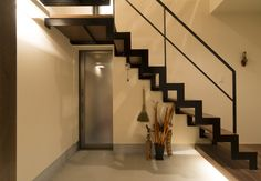階段と玄関ドアの空間バランスがよい、アジアンテイストを含んだ玄関ホール Style At Home, Stair Handrail, Good House, Stairways, Entrance, Interior Decorating, Floor Plans, Flooring, Architecture