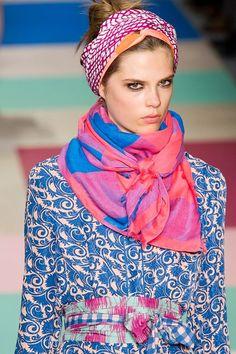 Idées looks mode, comment nouer un foulard chic femme ou homme un foulard en soie de style hippie chic ou bohème chic, foulard femme chic élégant raffiné.