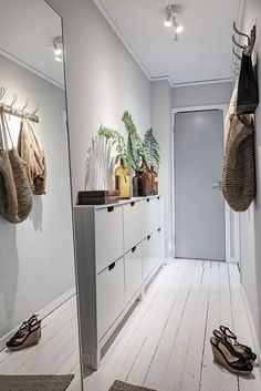 Scandinavian Style Entryway Do you to make your long narrow entryway or hallway appear bigger? These narrow entryway ideas will help your entryway make a strong first impression. Small Entryways, Small Hallways, Decoration Hall, Entryway Decor, Entryway Ideas, Hallway Ideas, Entryway Mirror, Entryway Cabinet, Hallway Designs