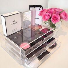 "Rangement ""chic"" du maquillage avec une boîte acrylique Muji  http://www.homelisty.com/rangement-maquillage/"