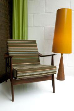 In onze eigen meubelstoffeerderij worden jouw stoelen, banken, poefen, kussens en andere geliefde meubelen vakkundig gestoffeerd. Vraag nu een offerte aan!