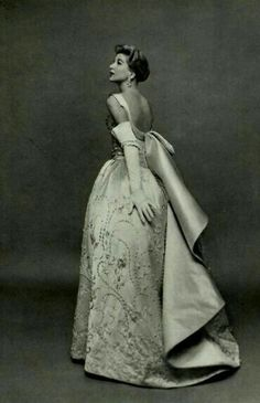 Vintage Wedding Dress worn by Jacques Fath, 1956 Vintage Beauty, Vintage Glamour, Jacques Fath, Moda Vintage, Vintage Mode, Fifties Fashion, Retro Fashion, Club Fashion, Modest Fashion