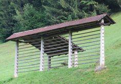 Single straight-line hayrack with catslide roof
