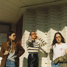 """2007'de üç kız kardeşin oluşturduğu grup Haim grubunun yeni albümünden """"Right Now"""" adlı parça klip ile geldi. 2013'te yayınladıkları Days Are Gone ile Los Angeles çevresinden hızlı yapan grubun yeni albümü 'Something To Tell You'7 Temmuz'da piyasada olacağı duyuruldu.Este Haim, Danielle Haim ve Alana Haim kardeşlerin pop-rock türündeki müzikleri bu şarkıda da görüldüğü gibi olgunlaşma …"""