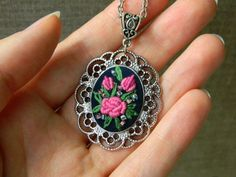 This floral embroidery necklace in vintage style is your perfect jewel for everyday and holidays! It is hand embroidered onto quality fabric with