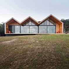 The Lookout House by Room 11 in Tasmania, Australia is a contemporary home which merges the courtyard house and farmhouse design typologies. Modern Barn House, Timber House, Modern House Plans, Melbourne Architecture, Space Architecture, Residential Architecture, Gable House, Gable Roof, Casa Patio