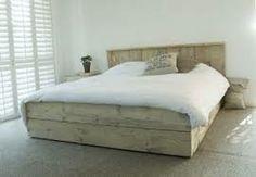 Clean! Een bed van steigerhout met fris wit beddengoed.