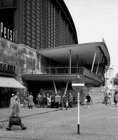Epic Berlin Bahnhof Zoologischer Garten Bild zeigt den Eingang und Passanten