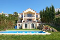 Nicely located, cozy villa in a cul-de-sac and gated community. Quiet and private. Apartments For Sale, Luxury Apartments, Luxury Homes, Marbella Spain, Malaga Spain, International Real Estate, Beautiful Villas, Private Garden, Gated Community
