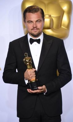 """Leonardo DiCaprio posa com o Oscar por seu desempenho no filme """"O regresso"""" Jordan Strauss / Jordan Strauss/Invision/APhttp://oglobo.globo.com/ela/gente/leonardo-dicaprio-comemora-oscar-em-restaurante-com-pratos-partir-de-us-12-18772289"""