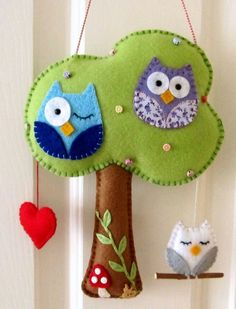 Photo only cute felt owls! Felt tree and owls Fabric Crafts, Sewing Crafts, Sewing Projects, Craft Projects, Felt Projects, Felt Owls, Felt Animals, Baby Dekor, Owl Tree