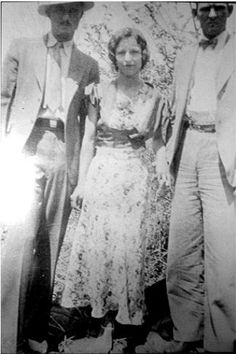 Joe Palmer, Bonnie Parker, and Clyde Barrow ~ well-dressed gangsters Bonnie Parker, Bonnie Clyde, Bonnie And Clyde Photos, Famous Outlaws, The Babadook, Elizabeth Parker, Bank Robber, Historical Pictures, Old Photos