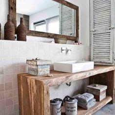 Een badkamermeubel van echt teakhout. Het geeft de badkamer een ...