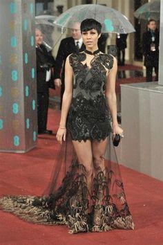 Zawe Ashton se atrevió con este modelo en negro de Julian McDonald Spring 2012 semitransparente y bordado.