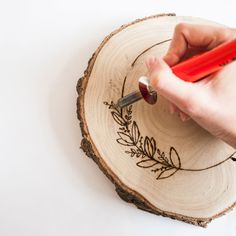 CONTENT DIY KIT WOODBURNING:tree slice (+ 20 x 3 cm)woodburning toolsanding templatesstep-by-step instructions + English translationAdd yourself: pencilNB: tree slices are a natural Wood Burning Crafts, Wood Burning Patterns, Wood Burning Art, Diy Wooden Projects, Wood Crafts, Wood Burn Designs, Do It Yourself Kit, Architecture Art Design, Wooden Art