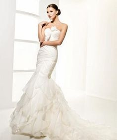 This sample La Sposa Laurel wedding dress has a similar shape and ruffles to Cameron's Oscar dress!