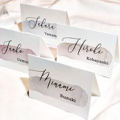 海外風♡テーブルコーデをおしゃれにする、シンプルで大人な席札デザイン10選 | marry[マリー] Menu Cards, Table Cards, Wedding Images, Wedding Designs, Wedding Stationary, Wedding Invitations, Wedding Name Tags, Family Planner, Wedding Paper