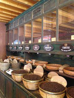 Coffee Bean Shop, Coffee Cafe, Tienda Natural, Spice Shop, Cheese Shop, Coffee Shop Design, Store Interiors, Tea Tins, Coffee Packaging
