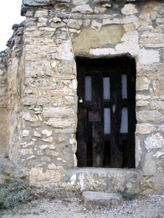 Puerta acceso bodega en Baltanás. Palencia. Arlanza.