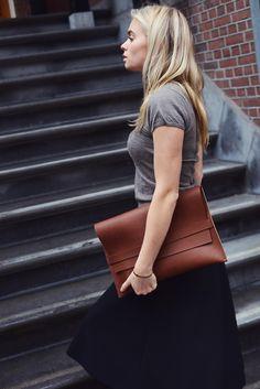 street style doubleyou bags, laptop case! www.doubleyoubags.com Leather Bags Handmade, Laptop Case, Madewell, Street Style, Tote Bag, Fashion, Moda, Urban Taste, La Mode