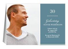 """Lade mit dieser schlichten Einladung aus unserer Reihe """"Big B"""" zu Deinem 30. Geburtstag ein. Der blaue Hintergrund kann mit einem Foto vom Geburtstagskind ergänzt werden. #FamBooks"""